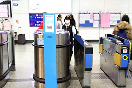 Después de bajar del tren introduzca el boleto en el lado derecho de la ranura para salir de la estación, y se reciclará el boleto.