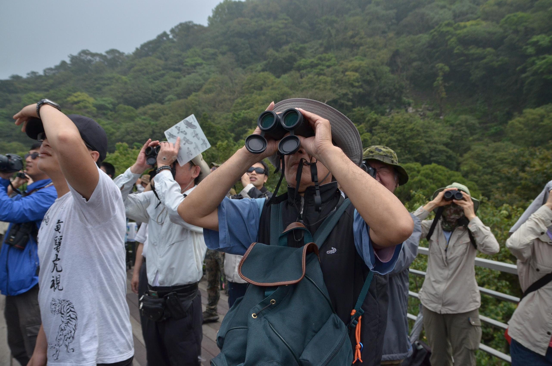台北鳥會導覽老師帶領民眾觀察猛禽_台北市野鳥學會提供