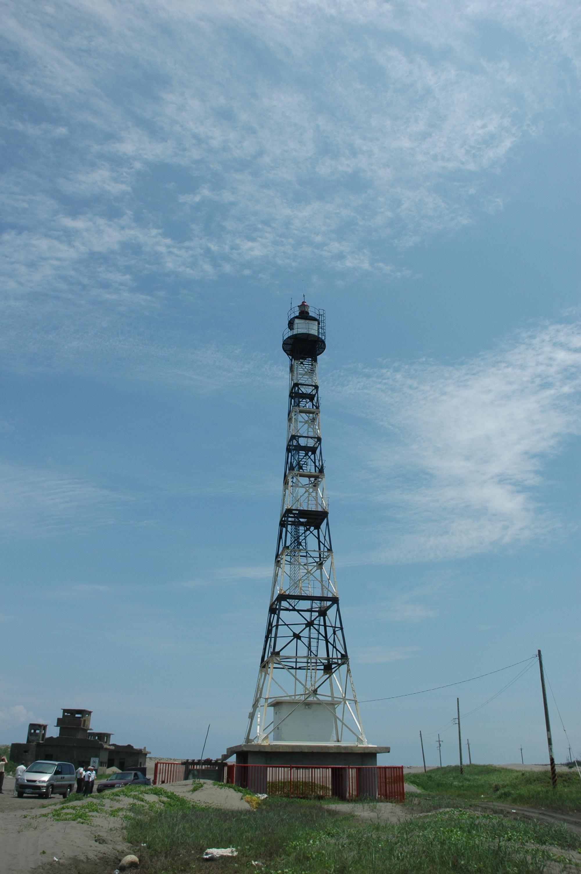 民國46年(西元1957年)興建的國聖港燈塔,位於臺南市七股區國聖港,為一方錐形鋼架結構,塔身顏色為黑白相間。原國聖港燈塔啟用發光後,因受颱風襲擊及海潮侵蝕,沙洲盡失,整個燈塔陷入汪洋大海之中,民國58年遭受「衛歐拉」颱風摧襲,塔身倒塌,無法使用;民國59年6月移至附近頂頭額汕另建新塔,代替舊塔發光。