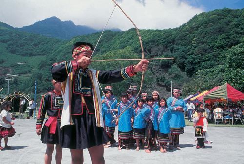 La fiesta de tiro de orejas de la tribu Bunun